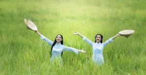 太陽の光を浴びている女性2人の社員